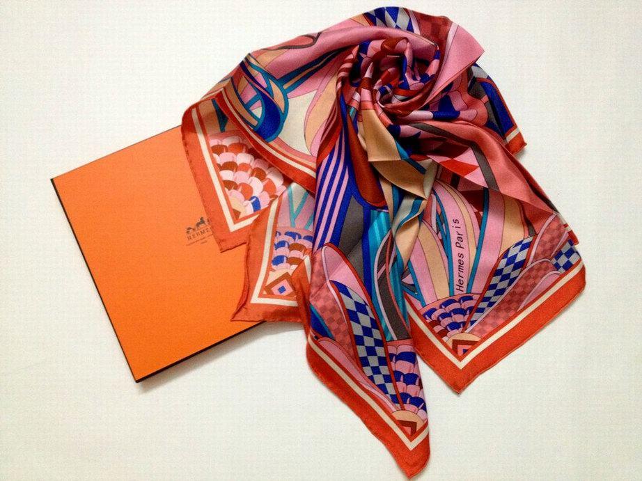 foulard hermes misure foulard hermes quanto costa nouer un foulard hermes plisse. Black Bedroom Furniture Sets. Home Design Ideas