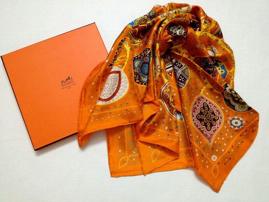 foulard hermes rouge pliage du foulard hermes comment nouer un foulard carr hermes. Black Bedroom Furniture Sets. Home Design Ideas